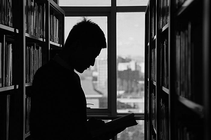 """MBP Kalisz: """"Poranki Hrabianki"""", """"W białych rękawiczkach"""", """"Historia z plakatu"""" - cykle realizowane w 2020 roku przez Dział Zbiorów Specjalnych Biblioteki Głównej"""